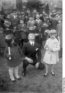 220px-Bundesarchiv_Bild_102-10750,_Berlin,_Enrico_Castelli_bei_einer_Vorführung
